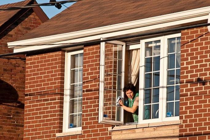 אתה יכול לעשות את החלונות בביתך צלולים ללא כימיקלים רעילים