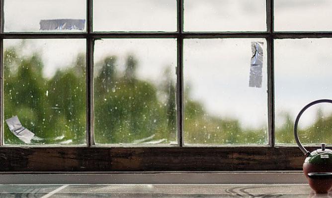הרם את הבד ונסה לשפשף את השאריות בעזרת מגרד או מטלית נקייה