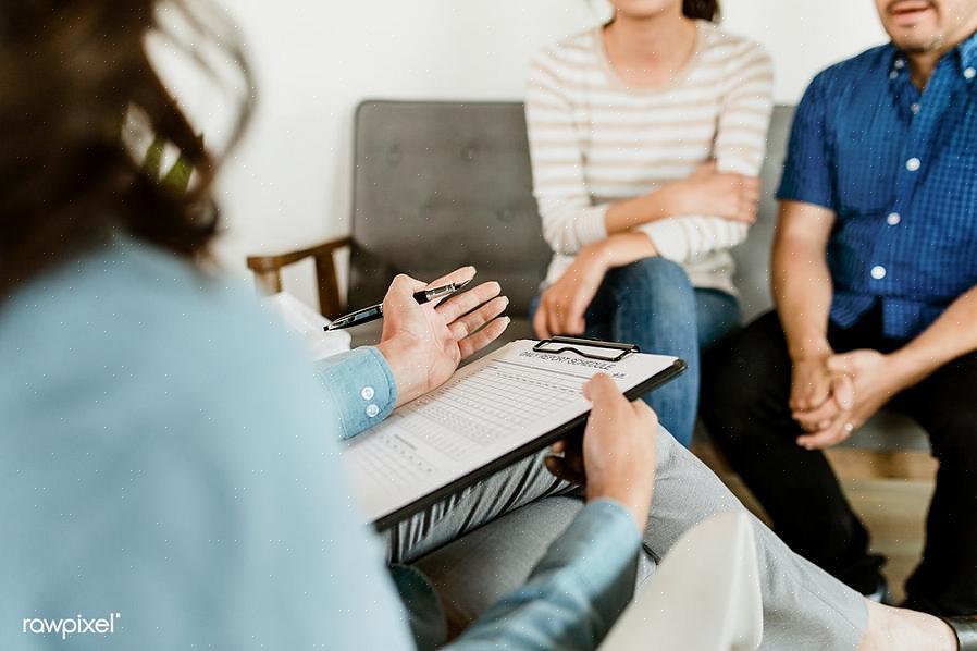יועץ נישואין (המכונה גם מטפל זוגי) עובד עם אחד מבני הזוג או שניהם כדי לשפר את הנישואין